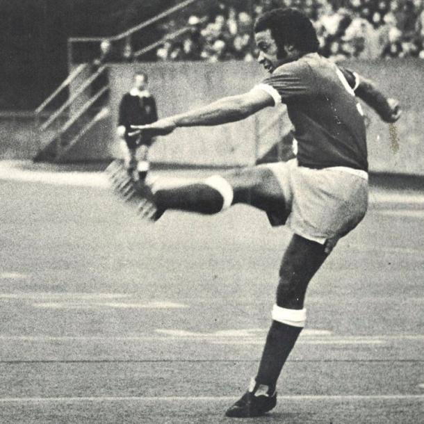 Pepe Fernández, futbolista de los Sounders, golpea el cuero en el derbi de 1975 // Imagen: Seattle Sounders