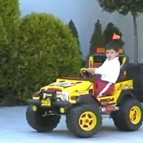 Sainz con 2 años y un coche de juguete. Foto: carlossainz.es