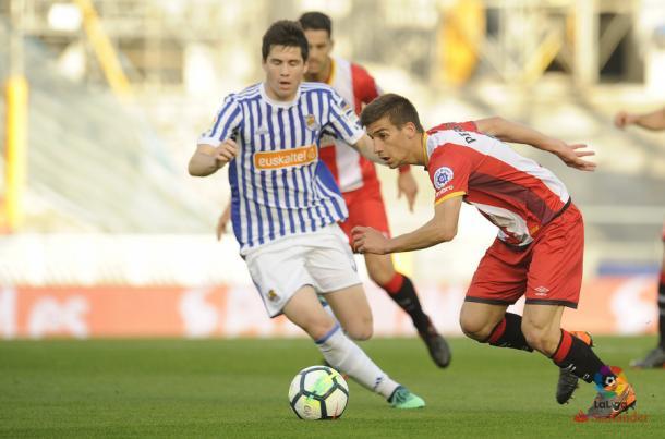 Pere Pons lleva el balón en un partido contra la Real Sociedad. / Foto: LaLiga
