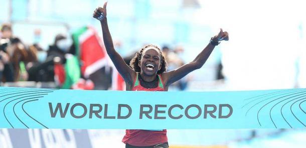 Peres Jepchirchir entrando a meta consiguiendo el récord del mundo. Foto: Jean-Pierre Durand