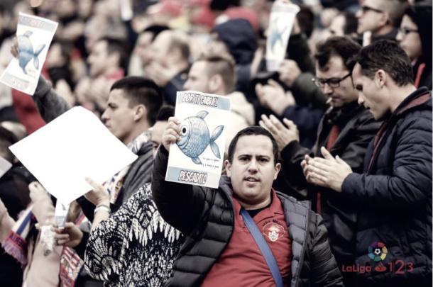 """Aficionados locales y visitantes portaron """"el pescaíto"""" en apoyo a Gabriel: LaLiga1 2 3"""