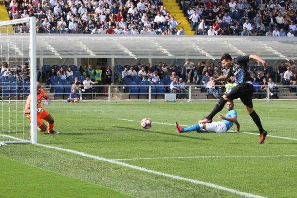 Il gol di Petagna, all'andata, dopo una sfortunata serie di carambole tra Ghoulam e Koulibaly - Foto Getty Images