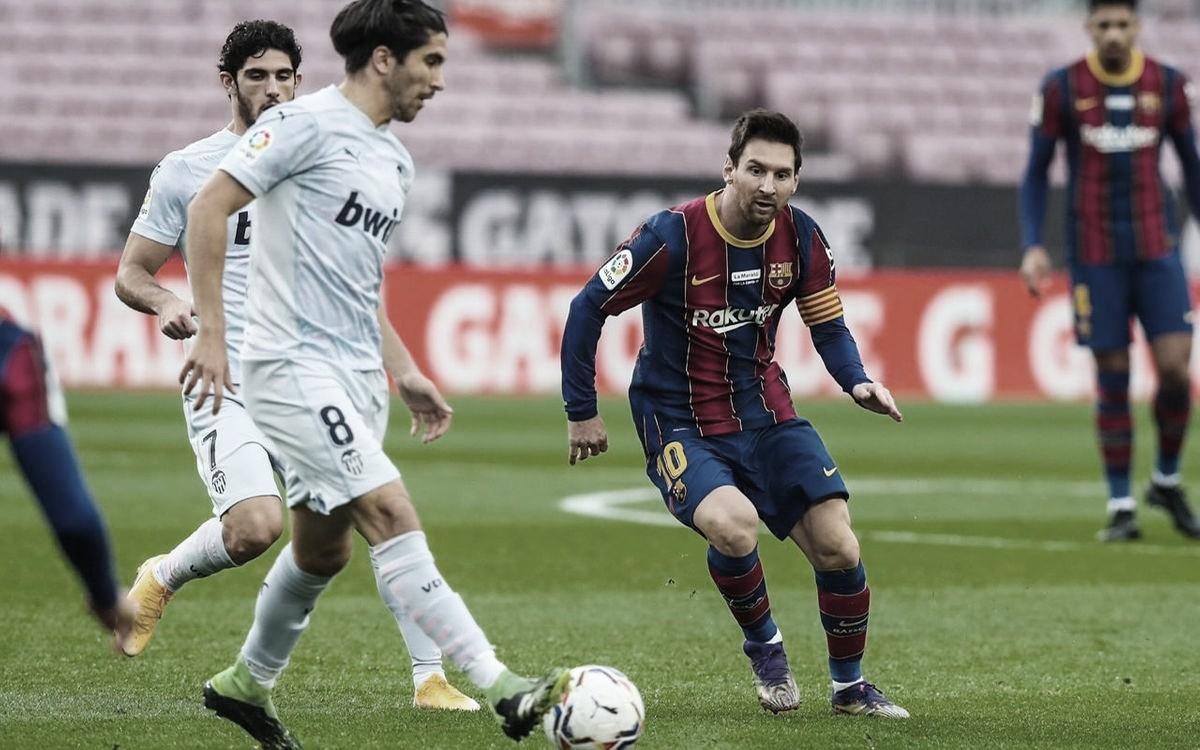 Carlos Soler ante Messi en el duelo de la temporada pasada en el Camp Nou. | Foto: FC Barcelona