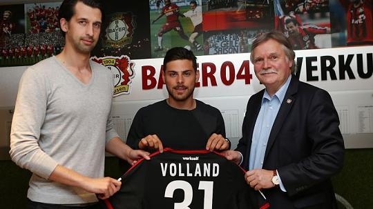 Leverkusen present their new signing. | Source: rp-online