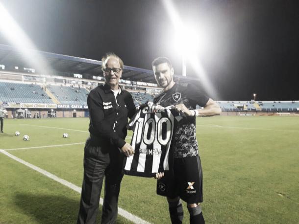 Rodrigo Pimpão recebe camisa em homenagem aos 100 jogos pelo Botafogo (Foto: Divulgação/Botafogo)