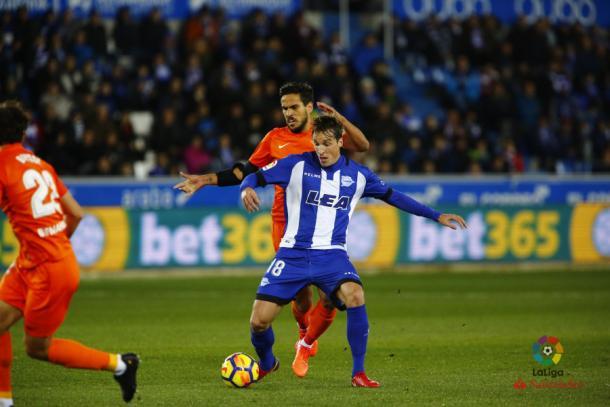 Pina protege un balón en el duelo contra el Málaga     Fotografía: La Liga