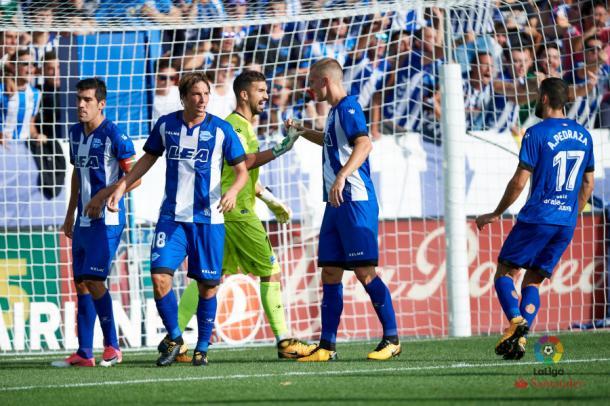 Pina defiende un córner junto otros jugadores del Deportivo Alavés. Fotografía: LaLiga