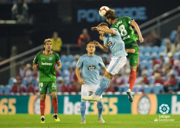 Pina pelea un balón con un jugador del Celta. / Foto: LaLiga