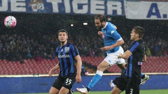 Higuain sigla il raddoppio del Napoli, svettando in area - Source: Repubblica