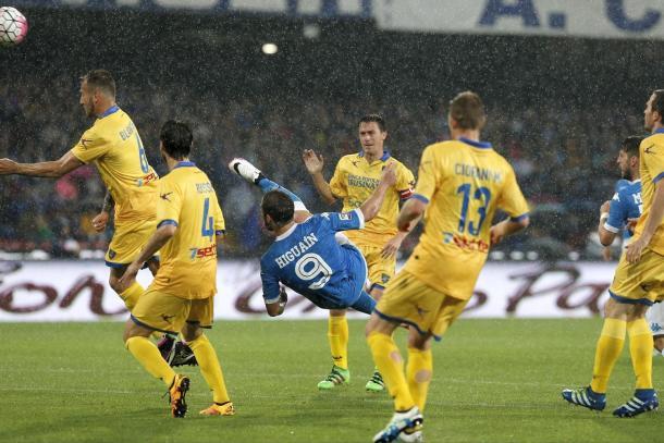 Il goal numero 36 con il Napoli di Higuaìn, www.thesun.co.uk