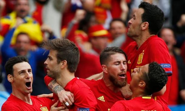 The Spain players celebrate Pique's late headed goal | Photo: Sergio Perez/Reuters