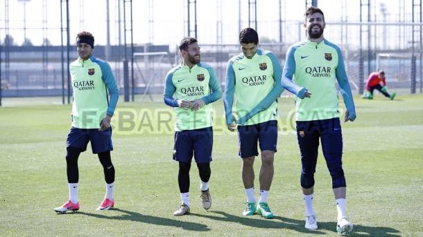 Neymar, Messi, Suárez e o suspenso Piqué no último treino do Barça antes da partida (Foto: Miguel Ruiz/FCB)
