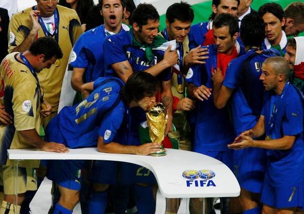 Pirlo também conquistou o maior dos títulos pela Seleção (Foto: Clive Mason/Getty Images)
