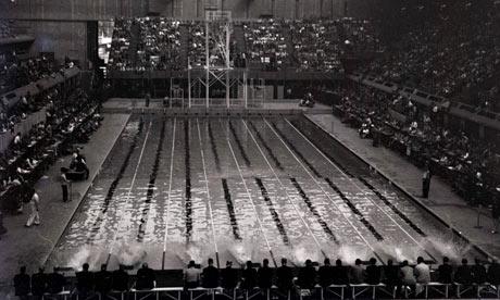 As competições de natação começaram a ser disputas em piscinas apenas em 1948 (Foto: Arquivo BBC)