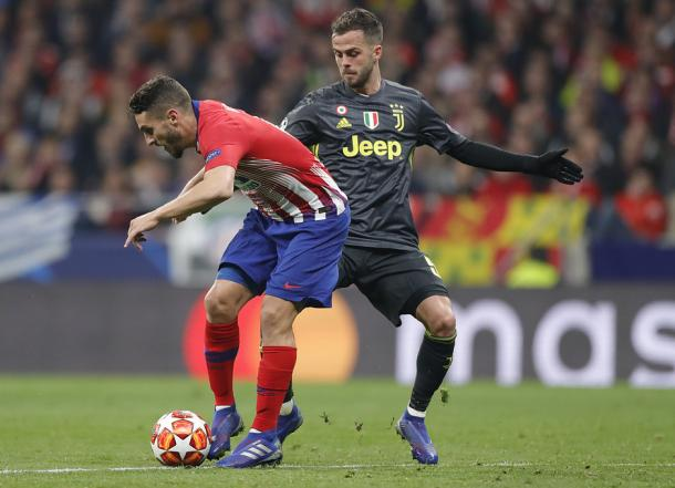 Pjanic disputando el esférico con Koke   Foto: Atlético de Madrid