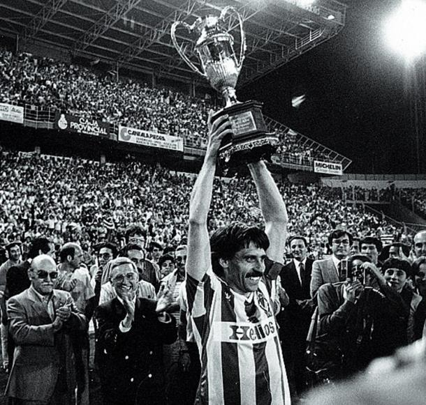 Pepe Moré levanta la Copa de la Liga al cielo de Valladolid   Foto: es.paperblog.com