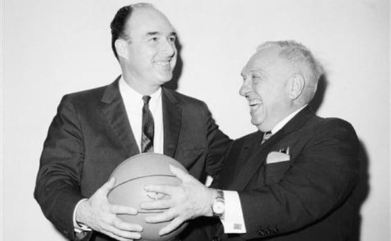 Podoloff (a la derecha) junto a otro de los dirigentes de la NBA en 1946 | Foto: ESPN