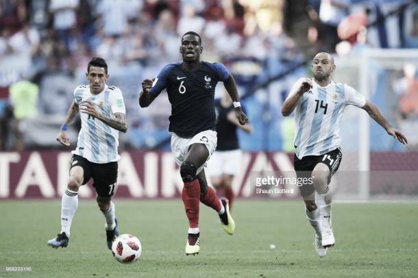 Pogba se lleva el cuero por potencia ante Mascherano y Di María / Fuente: Getty Images
