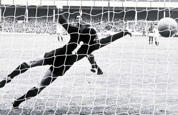 Eusébio marcando um de seus quatro gols nas quartas contra a Coreia do Norte (Foto: Popperfoto/via Getty Images)