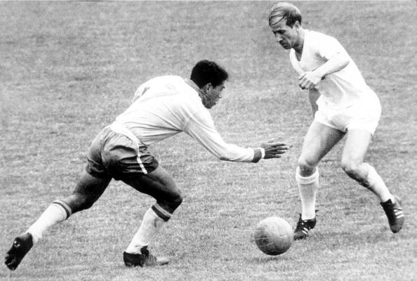 Contra o Brasil, Charlton acabou não brilhando e a Seleção Inglesa foi eliminada pelos brasileiros | Foto: Propper Foto/Getty