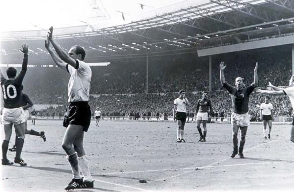 Alemães e ingleses discutem se chute de Hurst entrou ou não; arbitragem validou o gol | Foto: Popper Foto/Getty
