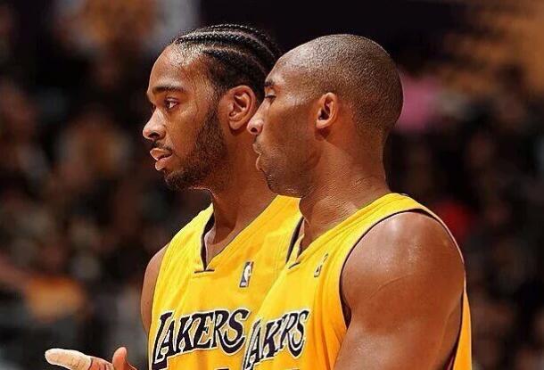 Powell con Kobe Bryant