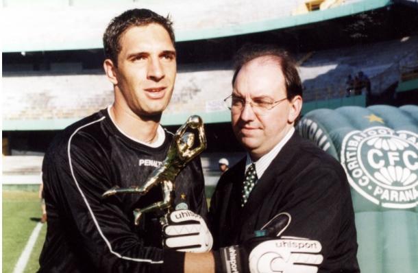 Fernando ao receber troféu de goleiro menos vazado no Campeonato Paranaense 2003 (Foto: Reprodução / Site Oficial do Goleiro Fernando Prass)
