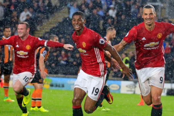 Marcus Rashford festeggia, con Ibra e Rooney dietro, il gol-vittoria realizzato contro l'Hull City.   Google.