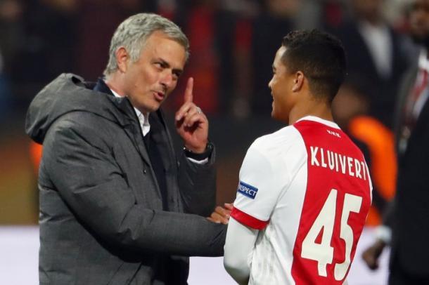 Mourinho hablando con Kluivert en la final de la Europa League / Fuente: metro.uk