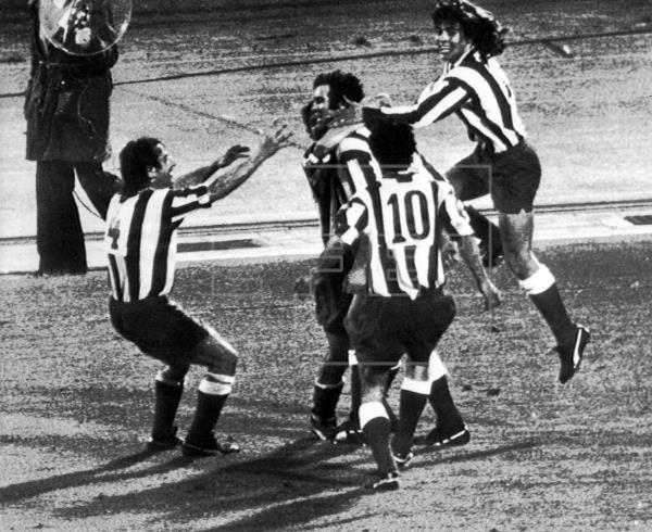 Luis Aragonés celebrando el primer gol en la historia del Vicente Calderón. Foto: VAVEL