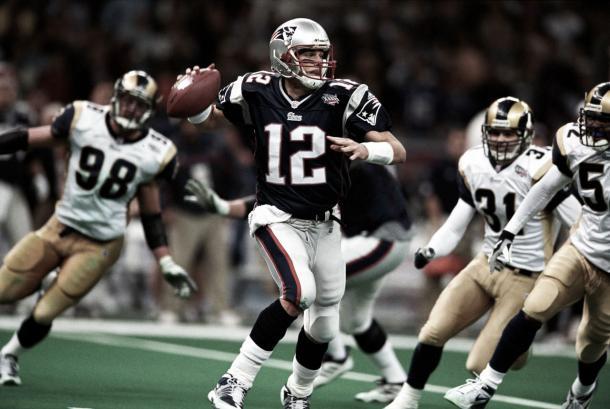 Tom Brady durante su primera Super Bowl. Justamente ante los Rams. Foto: NFL.