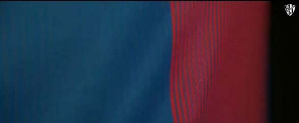 Detalles de la equipación azulgrana. Foto: vídeo de la SDHuesca (www.sdhuesca.es)