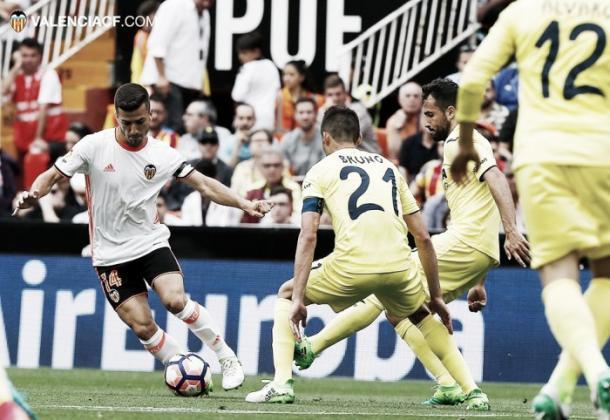 Acción de Gayá frente a varios amarillos en el partido de Mestalla I Foto: Valencia.com