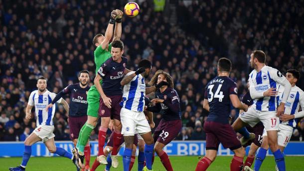 Leno despeja un balón aéreo | Fotografía: Premier League