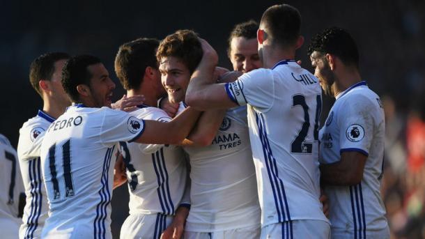 I compagni di squadra festeggiano Marcos Alonso, in gol nell'ultima gara di campionato. Fonte foto: sky sports