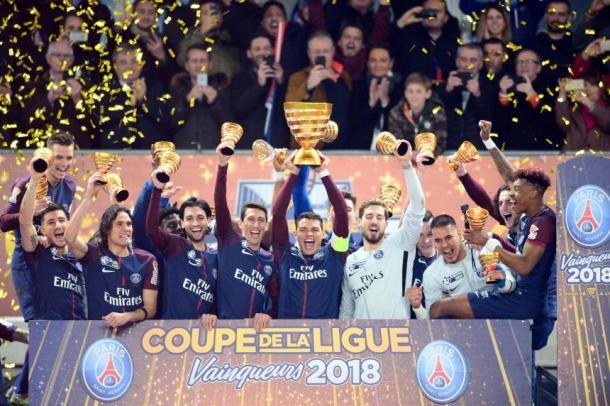 Thiago Silva alza la Copa de la Liga | FOTO: AFP