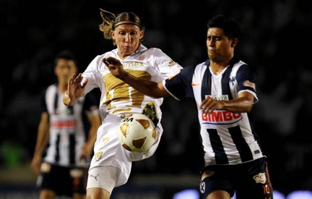 Leandro peleando un balón ante los regios (Foto: El Universal)