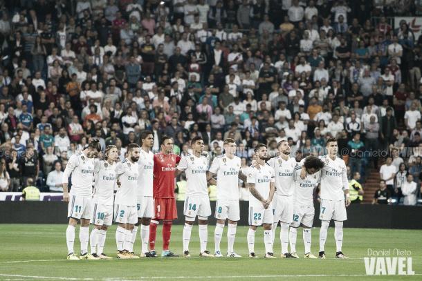 Los once futbolistas blancos posan en el centro del campo ante la expectación del Bernabéu I Foto: Daniel Nieto (VAVEL)