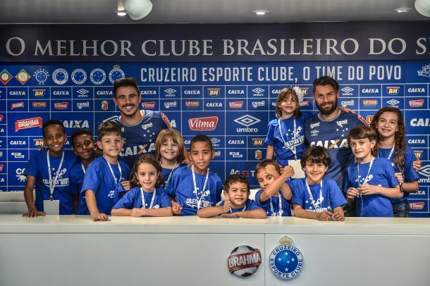 Jogadores tiraram fotos e distribuíram autógrafos após o término da coletiva (Foto: Pedro Vilela/Light Press)