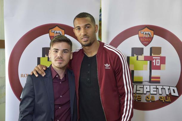 The pair pose for a photo after the apology | photo: asroma.com