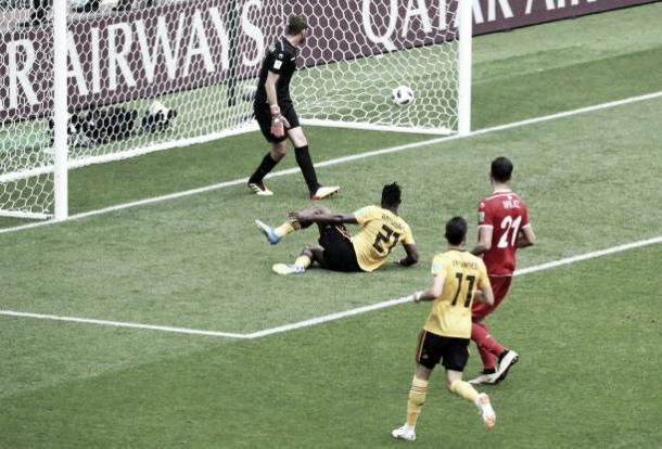 Batshuayi se estica e alcança a bola, marcando o quinto da Bélgica (Fonte:Getty Images)