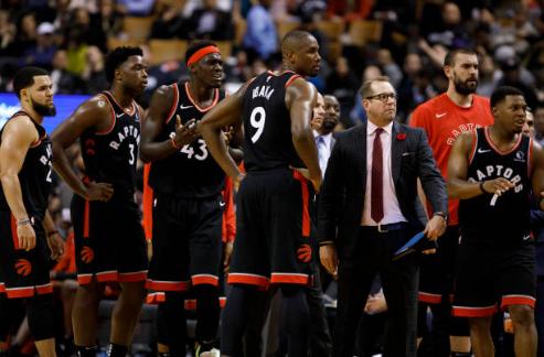 La plantilla de los Raptors rodea Nick Nurse | Foto: Getty Images