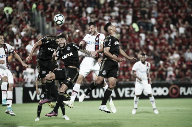 Réver cabeceia para o gol no último ataque do primeiro tempo. (Foto: Gilvan de Souza / Flamengo)