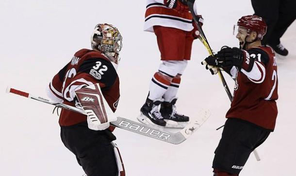 Annta Raanta celebrates with this teammate Derek Stepan. (Photo: arizonasports.com)