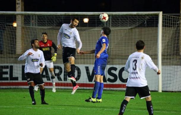Iosu Esnaola despejando el balón durante el partido ante la Peña Sport