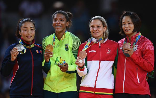 Rafaela Silva com o ouro olímpico no pódio da Rio 2016 (Foto: David Ramos / Getty Images Sport)