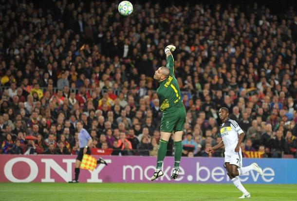 Ramires batiendo a Víctor Valdés en la semifinal de Champions de 2012 / Daily Mail