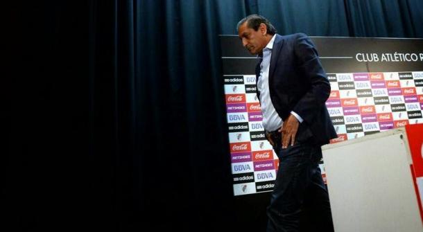Ramón yéndose de River, tras una rueda de prensa explicando los motivos. Ganó 9 títulos como Dt en el Millonario (Foto: Polítivca en River).