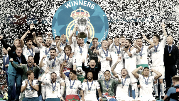 Sergio Ramos levanta al cielo de Kiev la décimo tercera copa de Europa blanca | Foto: Real Madrid
