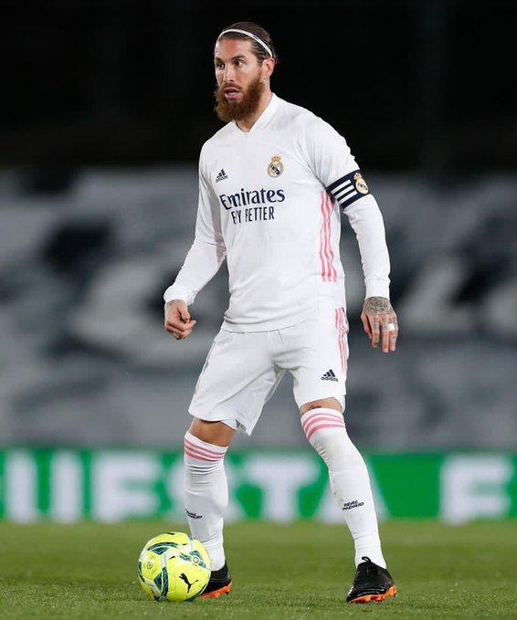 Sergio Ramos conduce el balón. |Foto: Twitter Sergio Ramos.
